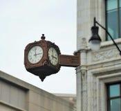 Uhr auf einer Ecke Lizenzfreie Stockfotografie