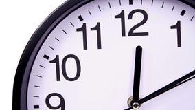 Uhr auf einer weißen 00:00nahaufnahme TimeLapse stock video