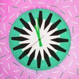Uhr auf Farbwand mit Streifenmuster Lizenzfreies Stockfoto