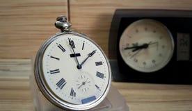 Uhr auf hölzernem Hintergrund Lizenzfreies Stockfoto