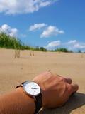Uhr auf Handgelenk am Strand Stockfotografie