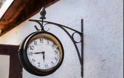 Uhr auf Hausmauer, Bahnhofsuhr Lizenzfreie Stockbilder