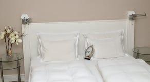Uhr auf Kissen Stockbilder