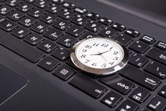 Uhr auf Laptop Lizenzfreie Stockfotografie