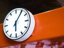 Uhr auf Skytrain-Station in Bangkok Lizenzfreie Stockbilder