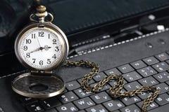 Uhr auf Tastatur Stockbilder