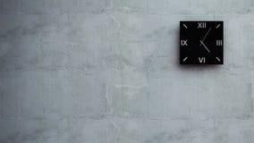 Uhr auf Wand Stockfotos