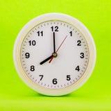 Uhr bei acht lokalisiert Stockbild