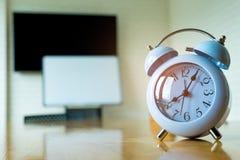 Uhr bei 8 00 morgens auf der Konferenzzimmertabelle Stockfotos