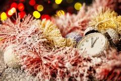 Uhr in den schneebedeckten Weihnachtsverzierungen Lizenzfreie Stockfotografie