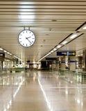 Uhr an der Bahnstation stockbild