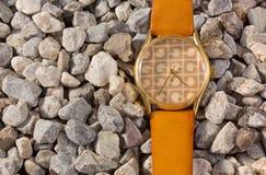 Uhr der Frauen auf dem Kies Lizenzfreie Stockbilder