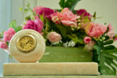 Uhr in der Marmordekoration Stockfoto