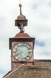 Uhr in der Spitze der Kirche Stockfotos