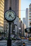 Uhr in der Stadt lizenzfreie stockfotos