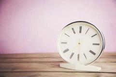 Uhr in der Tabelle Stockbild
