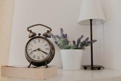 Uhr der Weinlese im Raum lizenzfreie stockbilder