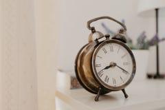 Uhr der Weinlese im Raum stockfotografie