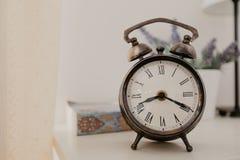 Uhr der Weinlese im Raum stockfotos