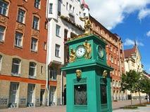 Uhr des historischen Gebäudes und der Straße in St Petersburg Russland Stockbild