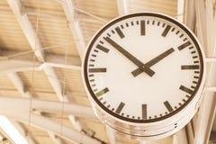 Uhr, die an der Säule hängt stockbilder