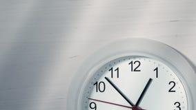 Uhr, die eine Stunde zeigend tickt stockfoto