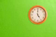 Uhr, die 5 Uhr zeigt Stockfoto