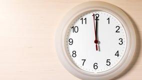 Uhr, die zwölf Stunden zeigend tickt Stockbilder