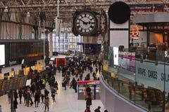 Uhr an einem beschäftigten Bahnhof in London Stockfotos