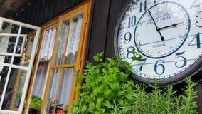 Uhr am Häuschen Lizenzfreies Stockfoto