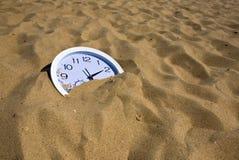 Uhr im Sand Stockbild