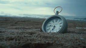 Uhr im Sand auf dem Strand stock video