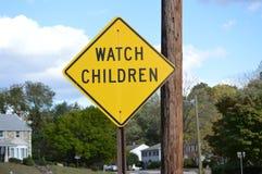 Uhr-Kinderstraßenschild Stockfoto