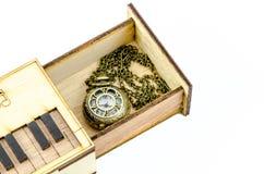 Uhr-Medaillon-Halskette in der Holzkiste stockfotos