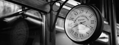 Uhr mit großartiger Zentrale des Textes Lizenzfreies Stockfoto