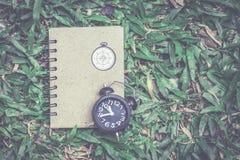 Uhr mit Notizbuch Lizenzfreies Stockfoto