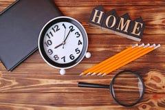 Uhr mit Notizbuch, Bleistifte Lizenzfreie Stockfotografie