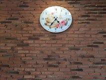 Uhr mit Retro- Backsteinmauer Stockfotos