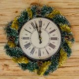 Uhr mit Weihnachtskranz stockfotografie