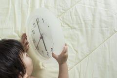 Uhr morgens mit Baby bis zum Fang es auf der Couch Stockbilder