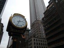 Uhr nahe Trumpf-Turm Lizenzfreie Stockbilder