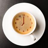 Uhr auf Schale frischem Espresso Lizenzfreies Stockfoto