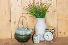 Uhr, Teekanne und Vase Stockfotos