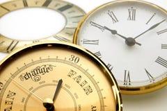 Uhr und Barometerskala oder -einfassungen stockfoto
