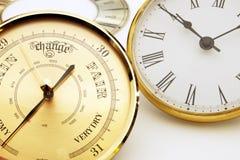 Uhr und Barometerskala oder -einfassungen stockbilder