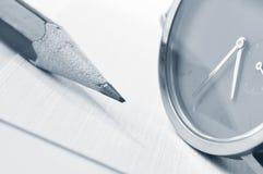 Uhr und Bleistift Lizenzfreie Stockfotografie
