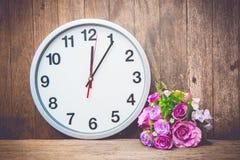 Uhr und Blume Stockbild