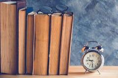 Uhr und Buch Stockfotos