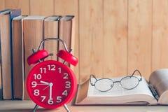 Uhr und Buch Stockfoto