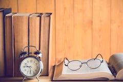 Uhr und Buch Stockbilder